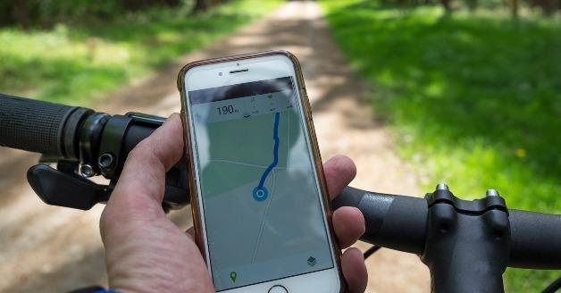 Mobiele telefoon gebruiken op de fiets.