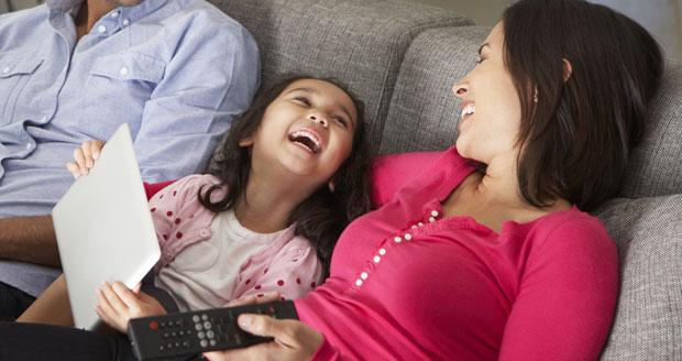 Tv kijken kan met popcorn op de bank, maar ook op je bed of in de tuin.