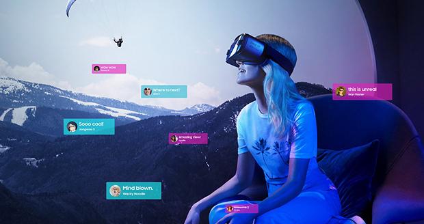 Vrouw zit met een VR-bril op de bank.