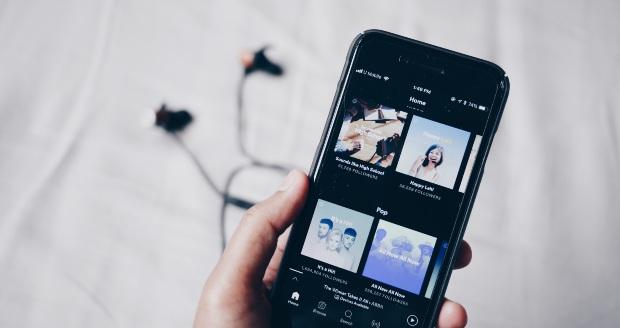 Online muziek luisteren met Spotify.