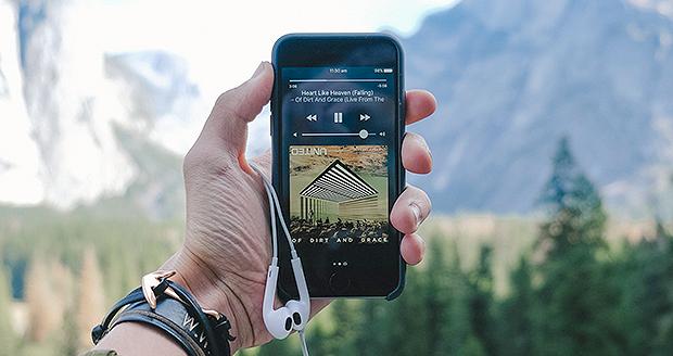 Met MB's kun jij Spotify blijven luisteren tijdens je wandeling.