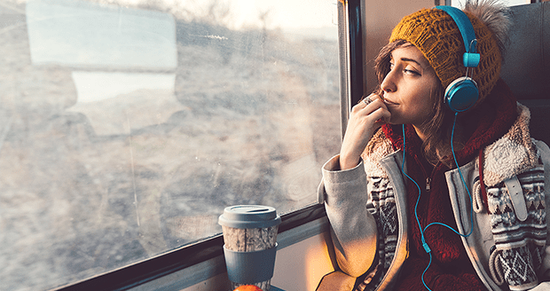 Spotify - vrouw luistert in trein