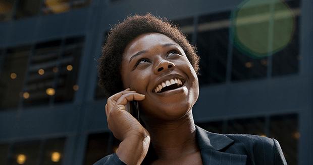 Vrouw belt met haar mobiel