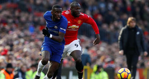 Voetballers uit de Engelse Premier League strijden om de bal